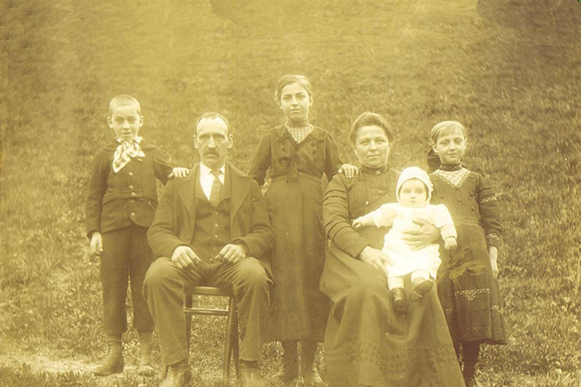 Famille de Delphin et Stéphanie Dubosson avec leurs enfants Maurice, Alice, Ida, Madeleine - Photo prise en 1919